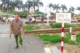 Người đàn ông tật nguyền, 10 năm gác đường tàu cứu người
