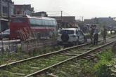 Tài xế ô tô thoát chết khi đâm trúng đoàn tàu đang chạy