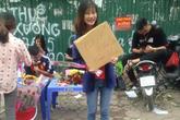 Sinh viên rao bán 10.000 đồng một cái ôm tặng kèm hoa 20/10 gây sốt cộng đồng mạng