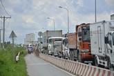 Sài Gòn: Hai xe đầu kéo đi dung dăng dung dẻ để tránh tắc đường gây tranh cãi lớn
