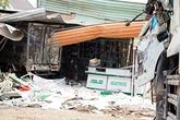 Hai ôtô lao vào nhà dân, một gia đình gồm 3 người bị vùi lấp