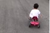 Fan thích thú với hình ảnh con trai nhà Hà Tăng đạp xe đồ chơi như tay đua chính hiệu