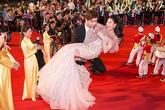 Trương Quỳnh Anh được chồng bế bổng trên thảm đỏ khiến ai cũng ganh tị