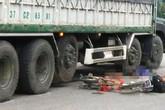 Xe tải va chạm xe đạp điện khiến 2 học sinh thương vong