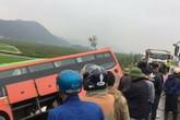 Va chạm với xe tải, xe khách lao xuống ruộng