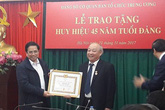 Trao tặng Huy hiệu 45 năm tuổi Đảng cho đồng chí Nguyễn Quốc Triệu