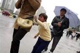 """Bé gái 8 tuổi bị bố mẹ cho người đồng hương """"mượn"""" để hành nghề trộm cắp"""