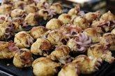 Bánh bạch tuộc nguyên con hút khách tới ăn
