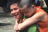 Hình ảnh xúc động Công an Quảng Ninh cõng người già, trẻ tàn tật đi làm thẻ căn cước
