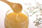 Vì sao không nên cho trẻ dùng sữa ong chúa?