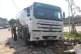 Xe trộn bê tông mất lái nghiền nát chân nạn nhân