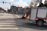 Hà Nội: Xe máy cháy rụi trên đê Nguyễn Khoái