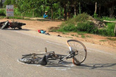 Hải Dương: Xe máy va chạm với xe đạp, bé gái 1 tuổi chết thảm
