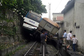 Xe chở công nhân thoát chết khi đâm phải tàu hỏa chở than