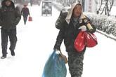 Dành tiền mua áo cho vợ, công nhân TQ đi bộ 40 km dưới tuyết về ăn tết