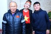 Jennifer Phạm phấn khích khi được gặp các cầu thủ U23 Việt Nam