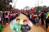 Làng Bào ngập tràn trong sắc đỏ chào đón hai anh em thủ môn Tiến Dũng