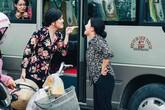 Hoài Linh giả gái, tranh giành địa bàn tại bến xe khách với Ngân Quỳnh