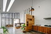 Ngôi nhà hướng Tây thoáng sáng nhờ sử dụng gạch thông gió và cây xanh của cặp vợ chồng Kon Tum