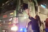 Bác lái xe 'hổ vồ' dừng xe, kéo nhanh kính mua hoa tặng vợ ngày 20/10 khiến nhiều người xúc động