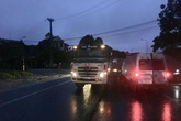Xe khách va chạm với container, 2 người thương vong