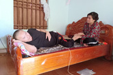 Vợ làm quần quật vẫn không đủ tiền chữa vết thương hoại tử của chồng