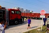 Chuyển gấp nữ nạn nhân vụ tàu hoả đâm xe tải ở Hà Nội lên bệnh viện hạng đặc biệt