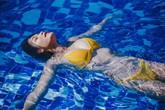 Con gái diễn viên Kiều Trinh khoe đường cong với bikini