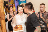 Người vợ khiến Tuấn Hưng mỉm cười sau giọt nước mắt cay đắng vì bị hủy show phút chót