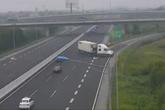 Clip tài xế xe container quay đầu, chạy ngược chiều trên cao tốc