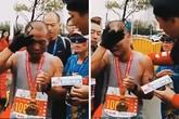 Cầm ảnh con trai đã mất, bố bật khóc khi cán đích cuộc thi chạy