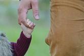 Mẹ đơn thân thuê người đóng vai cha của con gái suốt 10 năm