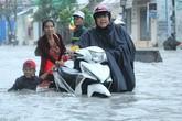 Sài Gòn ngập trong biển nước, cây đổ khiến 1 người tử vong