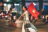 Nghệ sĩ Chiều Xuân vác cờ đi 'bão' ăn mừng bóng đá gây sốt