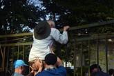 """Săn vé online bất thành, hàng trăm cổ động viên bao vây trụ sở VFF """"ăn vạ"""""""
