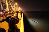 Huy động ca nô tìm kiếm ô tô mất lái lao từ cầu Chương Dương xuống sông Hồng