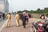 """Clip hàng trăm người dắt xe máy ngược chiều, """"tránh"""" cảnh sát giao thông"""