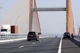 Quảng Ninh: Mặt cầu Bạch Đằng nhấp nhô, lái xe không dám đi hết tốc độ cho phép