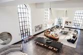 Choáng với căn hộ áp mái có phòng khách rộng ngang một bảo tàng