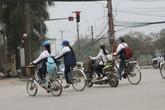 """Đã đến lúc """"quản chặt"""" chuyện đi xe máy, xe đạp điện của học sinh?"""