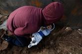 Thắt lòng cảnh bé 8 tháng tuổi được đưa qua lỗ đào dưới tường biên giới để vào Mỹ