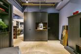 Sử dụng màu tối để trang trí nhưng căn hộ 60m², 2 phòng ngủ vừa đẹp tinh tế vừa bí ẩn