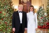 Ông Trump nắm tay vợ cười rạng rỡ trong ảnh Giáng sinh