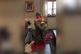 Người lính Mỹ xa nhà biến mình thành quà Giáng sinh tặng con trai