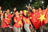 """Thắng Philippines 2-1, cổ động viên Việt Nam """"cháy hết mình"""" khi tiếng còi kết thúc trận đấu"""