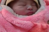 Hà Nội: Bé trai sơ sinh còn nguyên dây rốn bị bỏ rơi trước cửa nhà dân