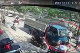 Clip ô tô mở cửa bất cẩn khiến người đi xe máy bị ô tô tải đâm trúng