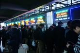Tối muộn bến xe ở Hà Nội vẫn đông nghịt khách về quê nghỉ Tết Dương lịch