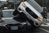 Vợ lái Volvo chồm lên nóc chiếc BMW của chồng vì nghi chở nhân tình