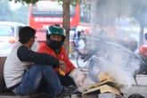 Người lao động Thủ đô đốt lửa sưởi ấm trong cái lạnh tê buốt dịp Tết Dương lịch